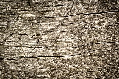 Herz in Holz geschnitzt - p1288m1161440 von Nicole Franke
