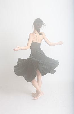 Dancing woman - p1670m2248755 by HANNAH