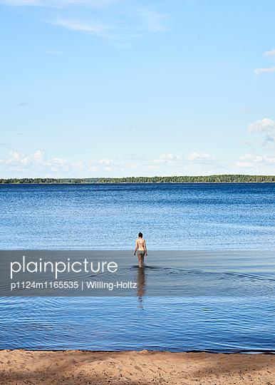 Frau läuft ins Wasser  - p1124m1165535 von Willing-Holtz