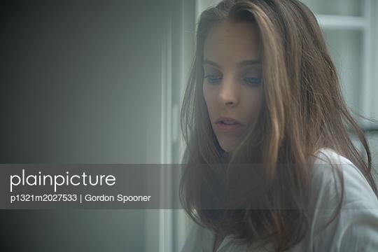 Traurige junge Frau - p1321m2027533 von Gordon Spooner