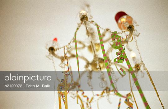 Luftschlangen am Kronleuchter - p2120072 von Edith M. Balk