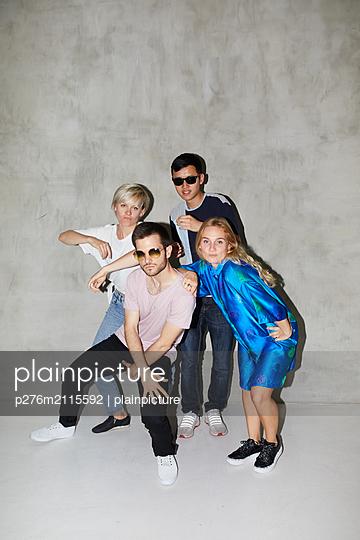 Clique makes cool poses - p276m2115592 by plainpicture