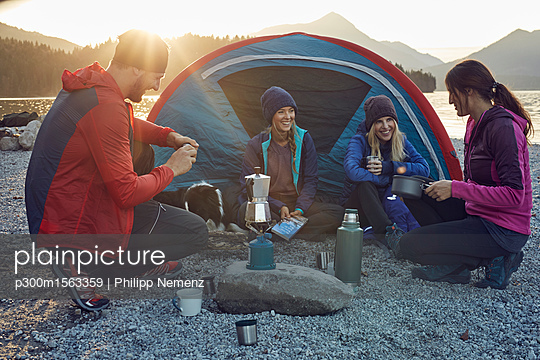 plainpicture - plainpicture p300m1563359 - Group of hikers camping at ... - plainpicture/Westend61/Philipp Nemenz