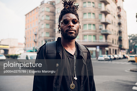 Young man with sunglasses in city - p300m2275789 by Eugenio Marongiu