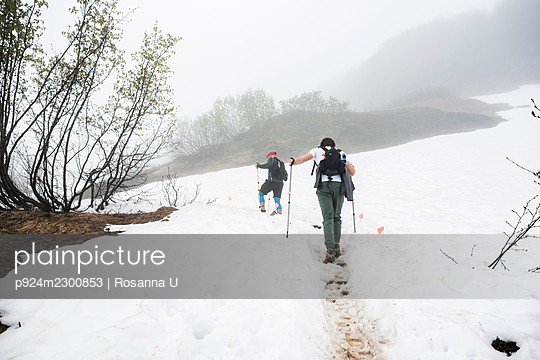 USA, Alaska, Rear view of hikers on snow covered field in Denali National Park - p924m2300853 by Rosanna U