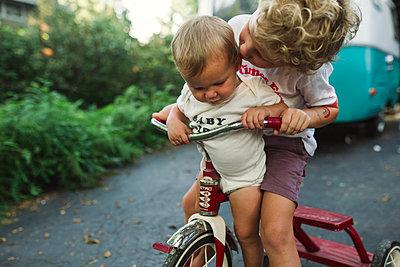 Bruder und Schwester auf einem Dreirad - p1361m1502034 von Suzanne Gipson
