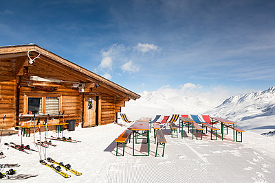 Italy, South Tyrol, Oetztal Alps, Schnals Valley, Ski hut - p300m927954 by Christina Falkenberg