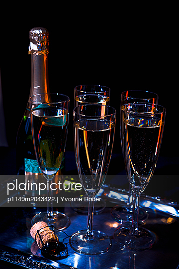 Glasses of champagne - p1149m2043422 by Yvonne Röder