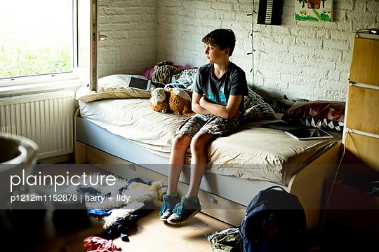 Junge in seinem Kinderzimmer - p1212m1152878 von harry + lidy