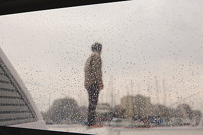 Man in rain - p1150m1502116 by Elise Ortiou Campion
