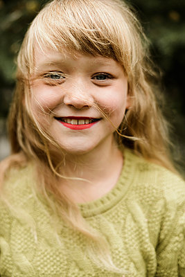 Portrait of a beautiful redhaired girl smiling at the camera. - p1166m2113094 by Cavan Images