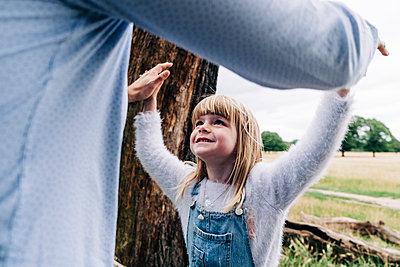 Family having fun at the park. London, England. - p300m2298810 von Angel Santana Garcia