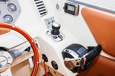 Fahrerstand auf Schnellboot - p930m1424201 von Phillip Gätz