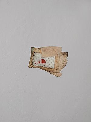 Pflaster mit Blutfleck - p444m1055982 von Müggenburg