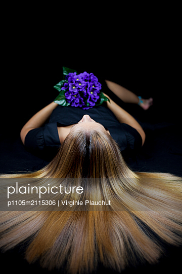 Woman with bunch of flowers - p1105m2115306 by Virginie Plauchut