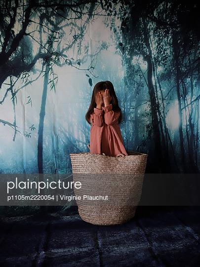 Little girl in big bag - p1105m2220054 by Virginie Plauchut