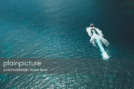 Im Motorboot unterwegs, Luftaufnahme - p1437m2283308 von Achim Bunz