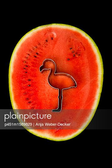 Flamingo Ausstecher in Wassermelone - p451m1589829 von Anja Weber-Decker