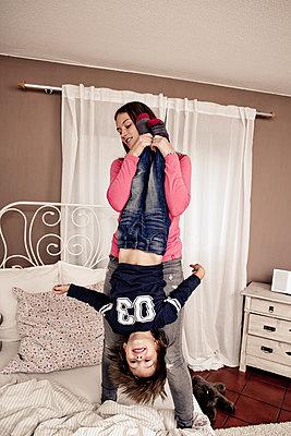 Schwester spielt mit ihrem Bruder - p1221m1066084 von Frank Lothar Lange