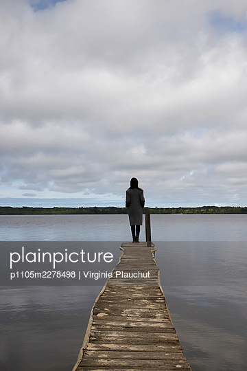Woman at the lake Leon - p1105m2278498 by Virginie Plauchut