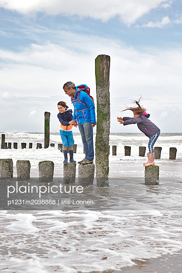 Spiel mit den Wellen und dem Wind - p1231m2098868 von Iris Loonen
