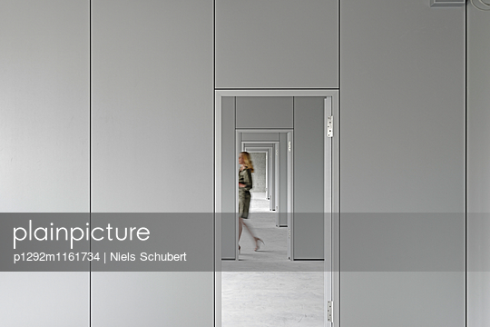 Büros mit offenen Türen  - p1292m1161734 von Niels Schubert