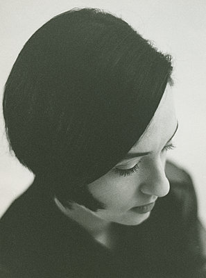 Young woman with dark hair, portrait - p1677m2258960 by nina e. reiter