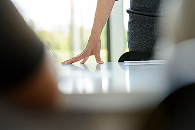 Close-up of businesswoman leaning on desk in office - p300m2155541 by Buero Monaco