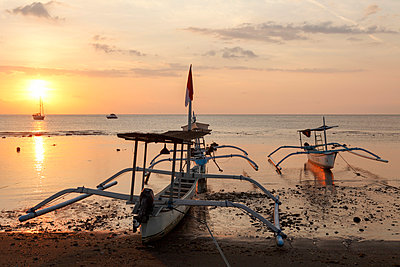 Indonesia, Bali, Lovina, fishing outriggers at dawn - p651m2152423 by Peter Fischer