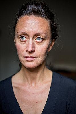 Serious woman - p940m1110715 by Bénédite Topuz