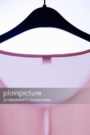 Kleiderbügel mit Bluse - p1149m2093477 von Yvonne Röder