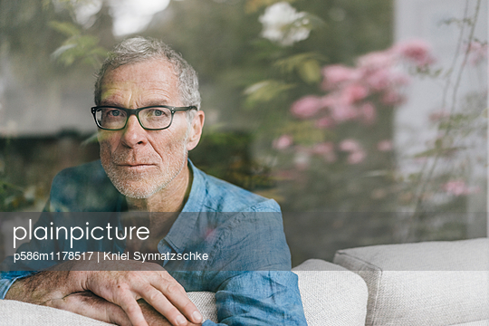 Mature man looking out of the window - p586m1178517 by Kniel Synnatzschke