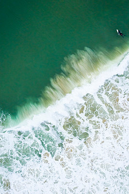 Aerial view of a surfer in New England - p1166m2193788 by Cavan Images