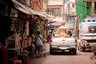 Golden buddha on pick-up car - p1273m1503557 by melanka