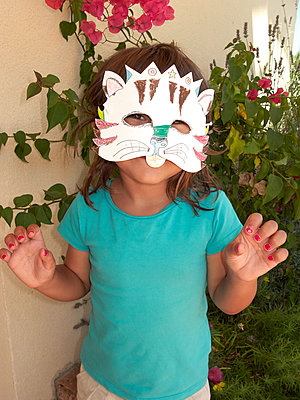 Little girl disguised as a cat - p1499m2013473 by Marion Barat