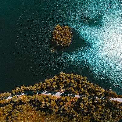 Schweden, Straße und See von oben - p1549m2158048 von Sam Green