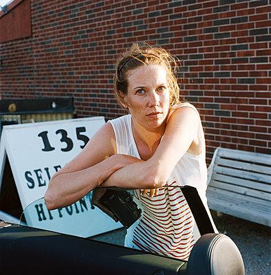 Frau an einem Cabrio - p1610m2181485 von myriam tirler