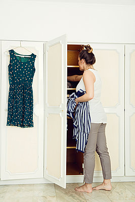 Anziehen - p904m1133628 von Stefanie Päffgen