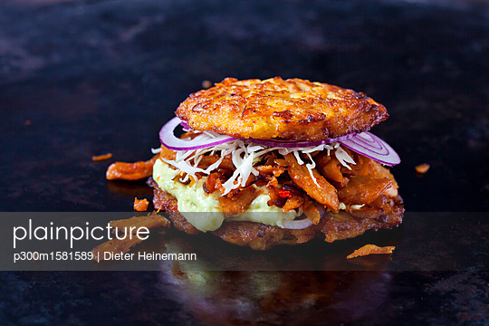 Veggie Burger made of potato fritters,  sweet potatoes, soy meat, remoulade and Barbecue sauce - p300m1581589 von Dieter Heinemann