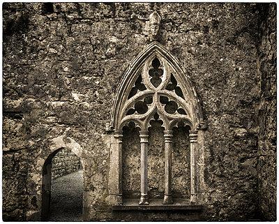 Altes Kirchenfenster - p1154m1110150 von Tom Hogan
