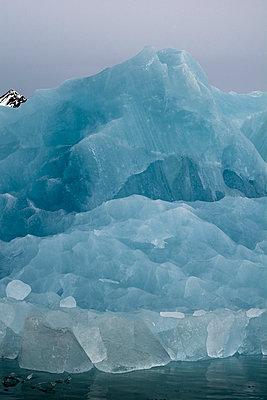 Blauer Eisberg im Liefdefjord, Spitzbergen - p1486m1564256 von LUXart