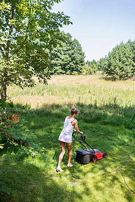 Mowing the lawn - p1046m934713 by Moritz Küstner