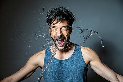 Gesicht eines Mannes mit Wasser bespritzen - p1355m1208897 von Tomasrodriguez