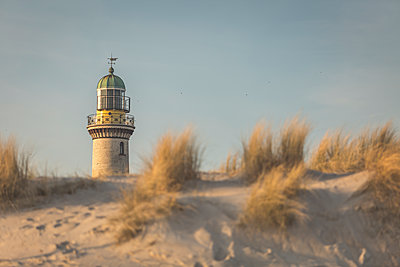 Germany, Warnemuende, old lighthouse, dunes in the morning light - p300m1129962f von Anke Scheibe