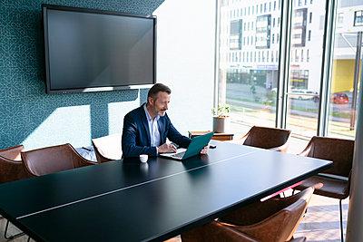 Germany, Rostock, Office, Team, Coworking - p300m2287373 von Florian Küttler