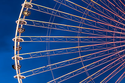 Ferris wheel at night - p401m1225588 by Frank Baquet