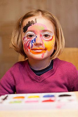 Mädchen schminkt sich III - p435m755206 von Stefanie Grewel