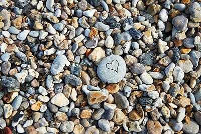 Herz und Kieselsteine - p851m1048671 von Lohfink