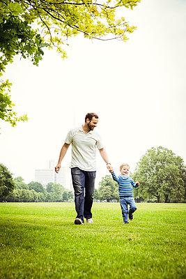 Vater mit Sohn im Park - p904m1159679 von Stefanie Päffgen