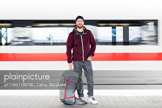 Mann steht am Bahnsteig - p1114m1159748 von Carina Wendland